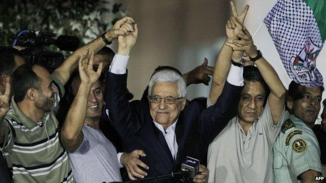 Abu Mazen che festeggia per il rilascio di alcuni detenuti palestinesi condannati per Terrorismo