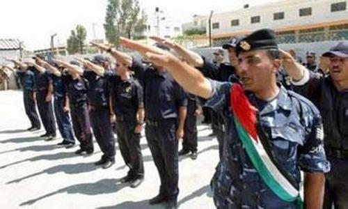 Un'unità della polizia palestinese della West Bank ripete il saluto nazista