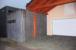 Box auto confinante con il muro del crematorio del campo di concentramento di Gusen. Foto di Massimo Di Porto