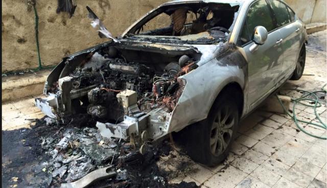 macchina bruciata prof palestinese auschwitz