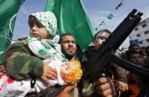 Membro di Hamas sfila con figli e armi