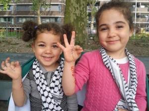 Bambine palestinesi esultano per il rapimento e l'uccisione di tre studenti ebrei
