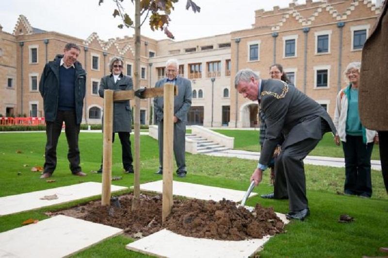Il rettore di Oxford pianta un albero nel cortile del nuovo OCIS